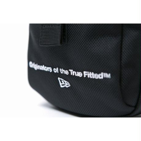 NEW ERA SHOULDER POUCH ORIGINATOR EMB BLK WHT