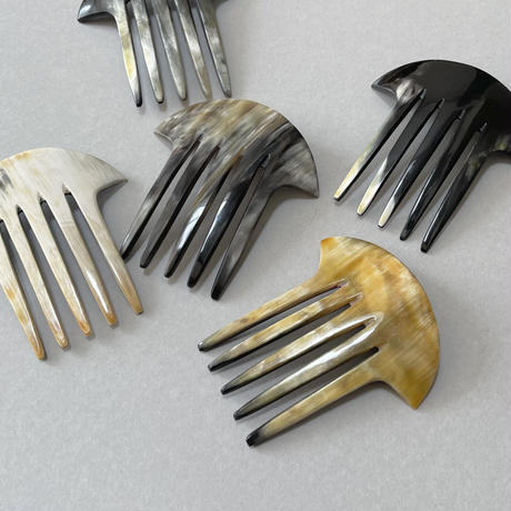kostkamm / horn decorative comb  / 10cm x 10cm  / 9435