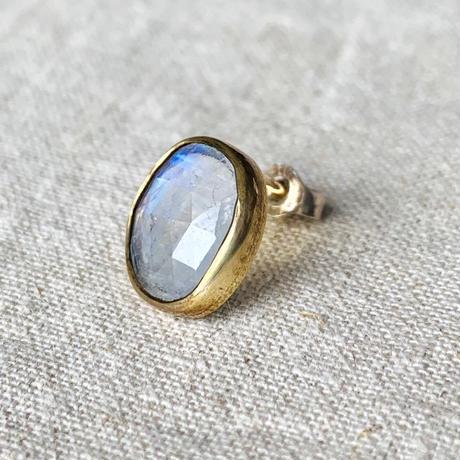 ishi jewelry / earring sencillo moonstone / brass bezel / イシ ジュエリー / ブラス片耳ピアス /ムーンストン