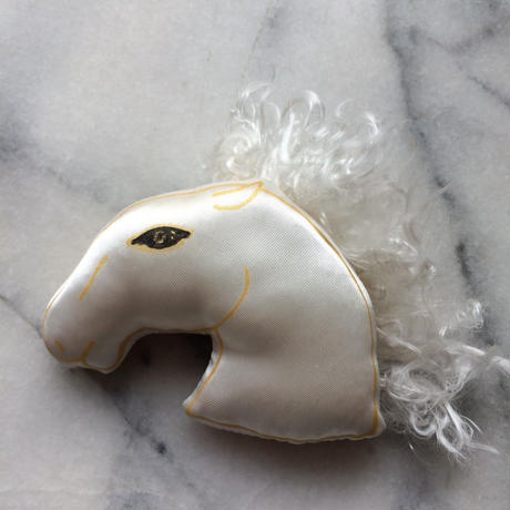 白馬ブローチ