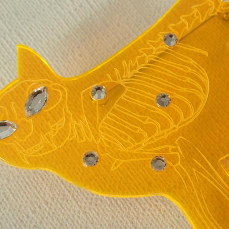 ネコの骨格ブローチ イエロー