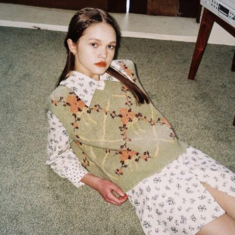 margarin fingers / rose knit vest