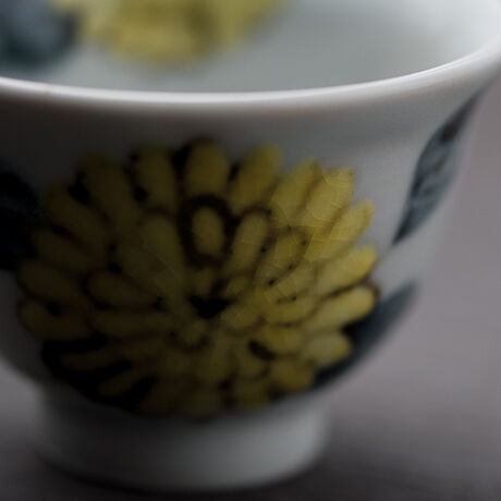 ぐい呑み色絵 菊(黄)