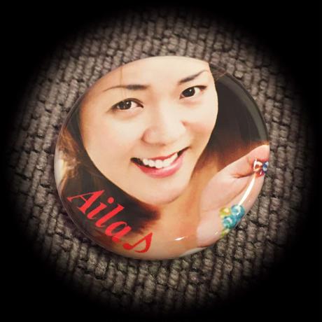 Aila 丸缶バッチ 32mm