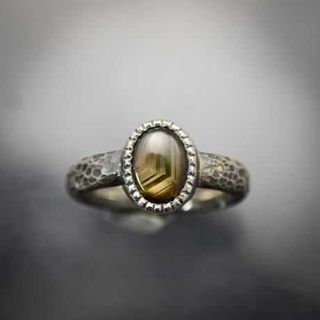 ゴールドとオリーブグリーンの色帯が美しいスターサファイアのシルバーリング