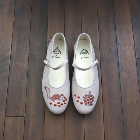 offoff theatre by gu siaoyin グ・シャオイン | 刺繍靴 | squirrel & basket