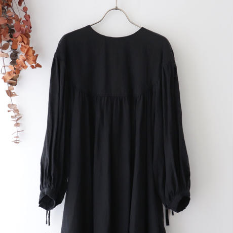 the last flower of the afternoon ザ ラスト フラワー オブ ジ アフタヌーン | かげとひかりのround yoke sleeve dress | ブラック