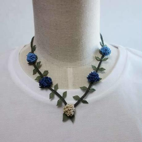 oya-neck9★イーネオヤ シルク糸で編む可憐なレース アクセサリー  (ブルーのボンボン)