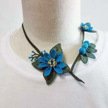 oya-neck8★イーネオヤ シルク糸で編む可憐なレース アクセサリー  (ブルー花と木の実)