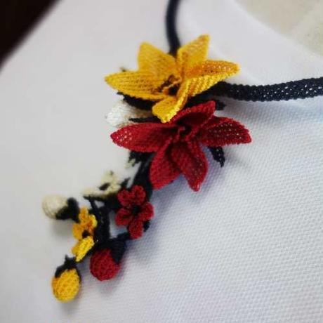 oya-neck18★イーネオヤ シルク糸で編む可憐なレース アクセサリー  (みかんの花とつぼみ)