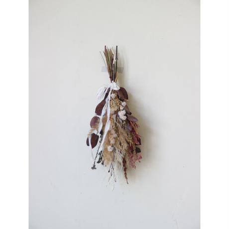 ユーカリレッドとオフホワイトの小花のフェアリースワッグM