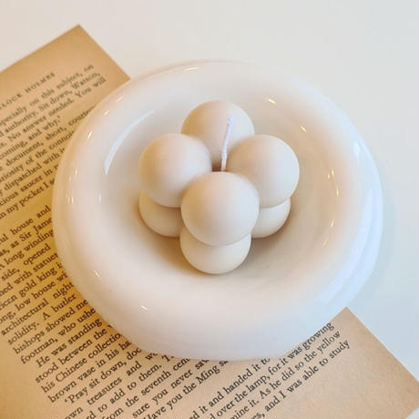 white  round tray