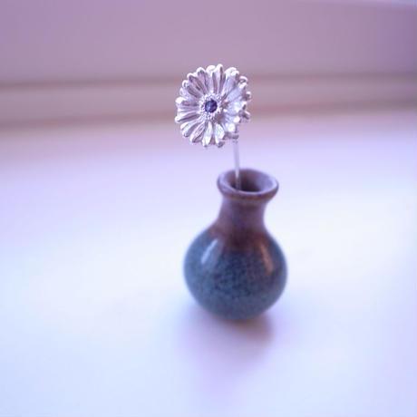 ガーベラのショートピン M Gerbera pin 男性へ、ガーベラ好きさんへ贈る味わいシルバーアクセサリー 花言葉「希望」「前向き」 11月誕生花