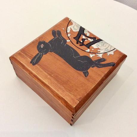深谷良一作品「黒うさぎ 木箱」