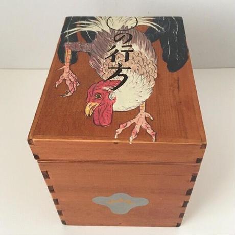 深谷良一作品「○の行方 鶏 木箱」
