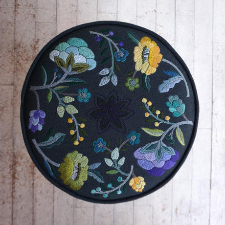 立川一美「ウール刺繍の丸椅子」