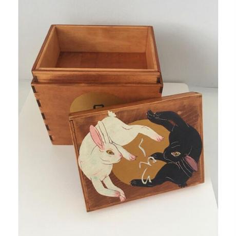 深谷良一作品「白兎・黒兎 木箱」