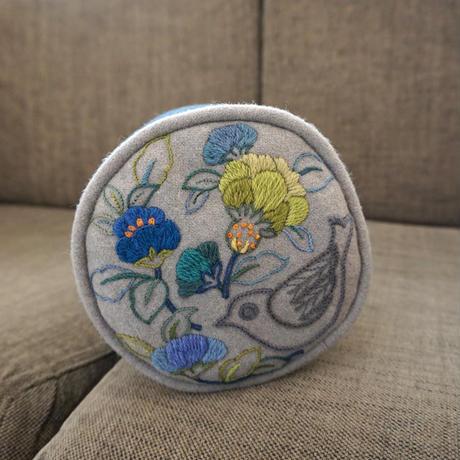 立川一美「ウール刺繍のクッション」
