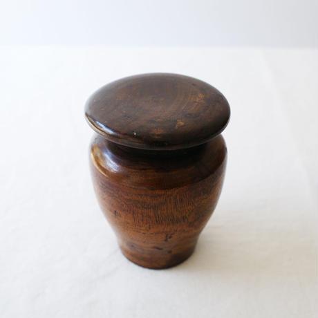 小さな木の壷