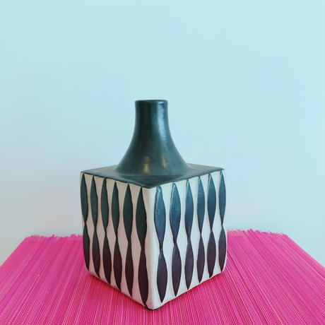 Vietnamese Vase[BLACK] / TREND in ASIA selected.