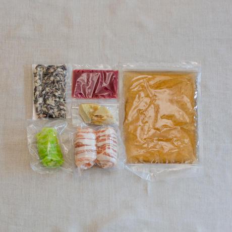Nage de Saumon à la Framboise-サーモンのベーコン巻き 野菜のブイヨン 木苺のコンディマン
