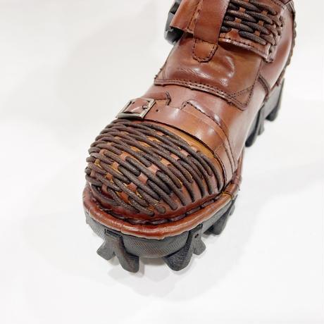 栗皮色の革ブーツ バックル版