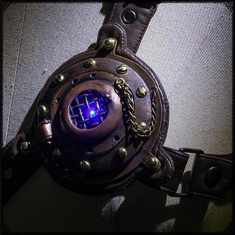 動力源不明の人工心臓 金属+レザー製アクセサリー