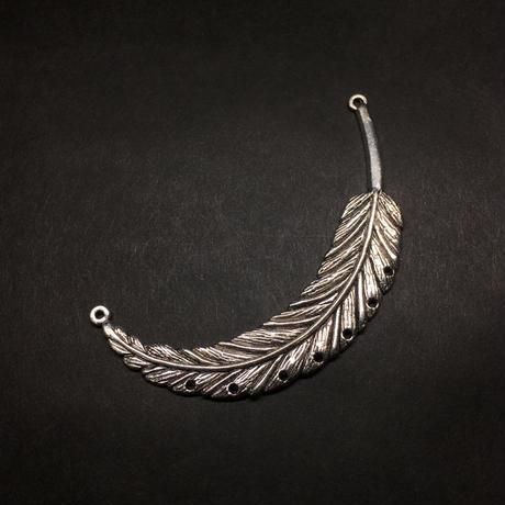 『大きな銀羽』穴あき 金属素材