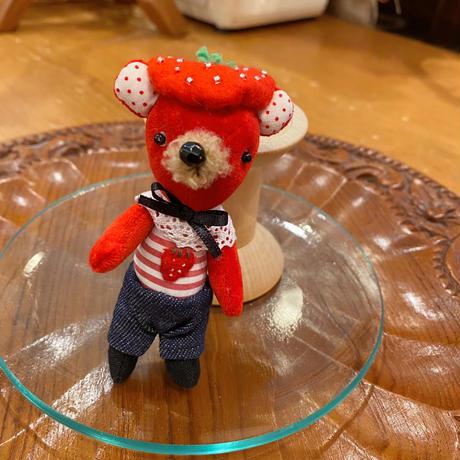 イチゴ好きの赤クマくん