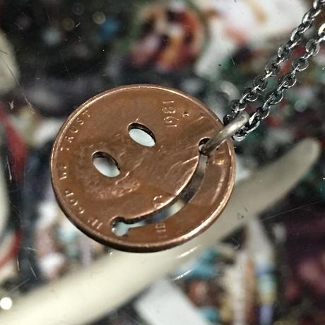 (ピービーディー)P.B.D PEACE MARK PENDANT 1¢ FACE ピースマーク(スマイル) コインペンダント・ネックレス(1セント硬貨ラッキーペニー) (PBD-0470)