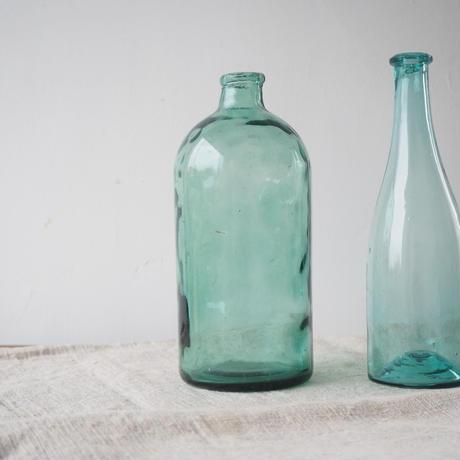 薄い青色のガラスボトル
