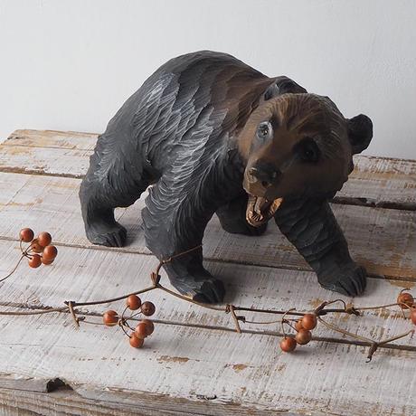 ガラス目の木彫りクマ[a]