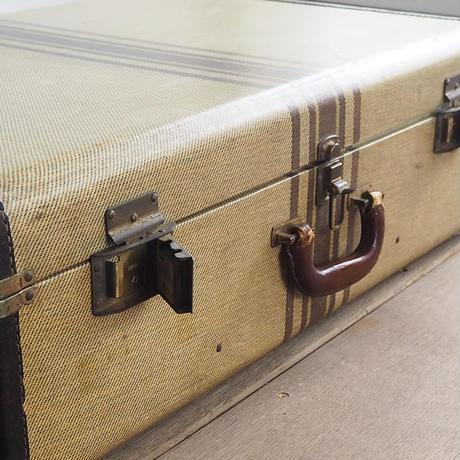 ストライプの入った大きなトランク