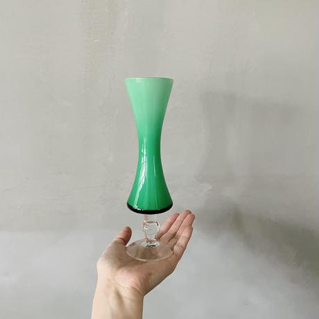 グリーンのくびれた花瓶
