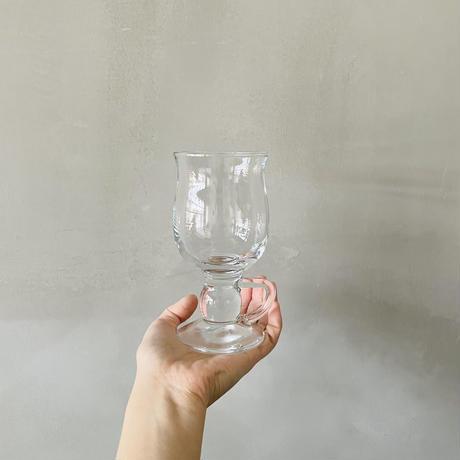 指をかけるクリアグラス