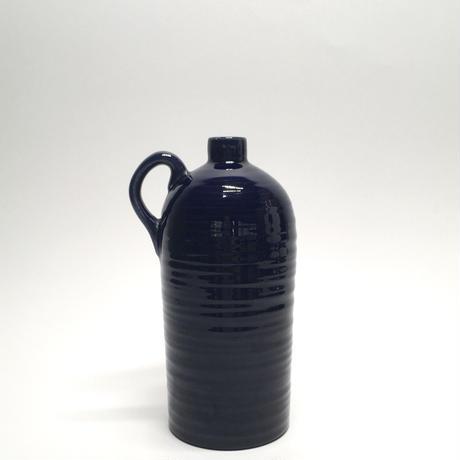 つやりとした紺の花器