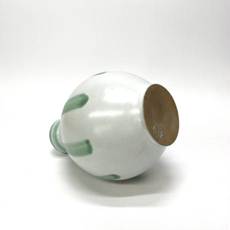 丸みを帯びた花器