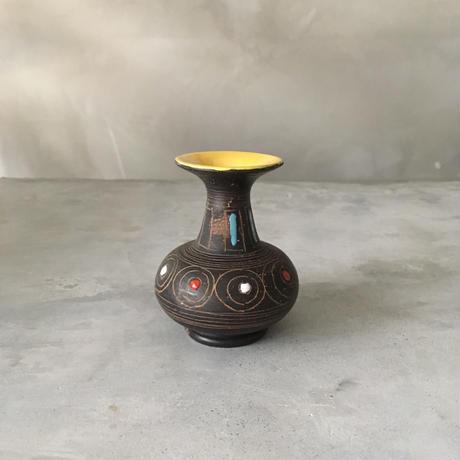 目のある小壺