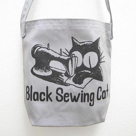 ミシンをかける黒猫ショルダーバッグ