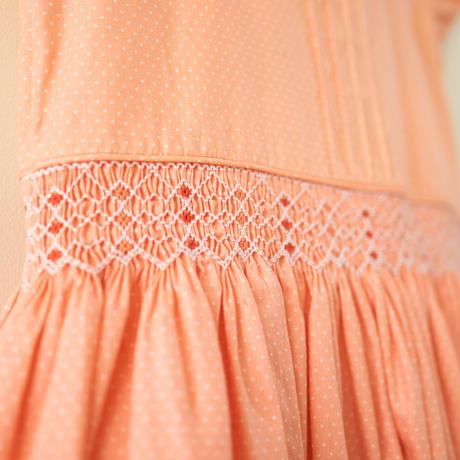ピーチカラー・タイニードットのミニワンピース- スモッキング刺繍(90-95cm)