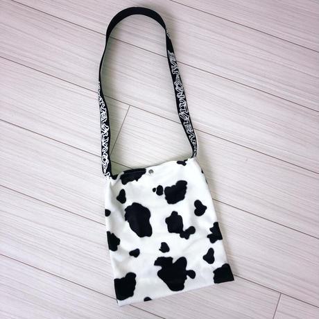 牛柄フェイクファーサコッシュバッグ