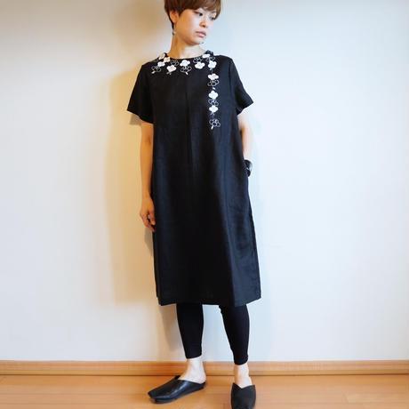 リネン・半袖ワンピース 黒<白椿>