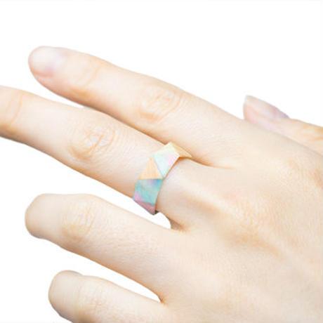 和紙と薄い木の指輪