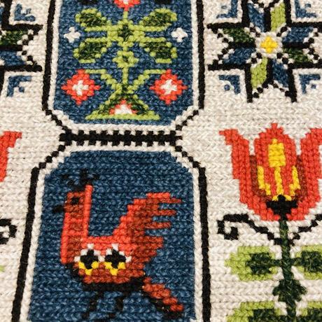 北欧伝統手工芸/トヴィスト刺繍タペストリー/お花、鳥さんと鹿さん柄/63cm x 23cm