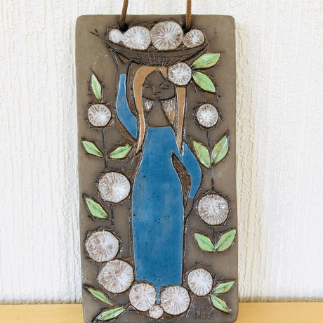 Bromma Keramik/ブロンマセラミック/Ninni E/ニンニエ/陶板/お花のカゴをのせた女の子