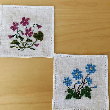 スウェーデン刺繍のミニタブレット/ヴィオラとブルーシッパのお花