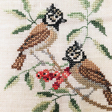 北欧刺繍のタペストリー/野鳥とお花と木の実/Mässing/メッシングの止め金/ロング