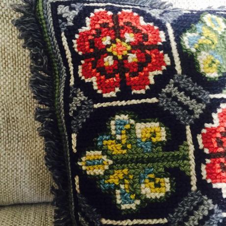スウェーデン刺繍のクッション