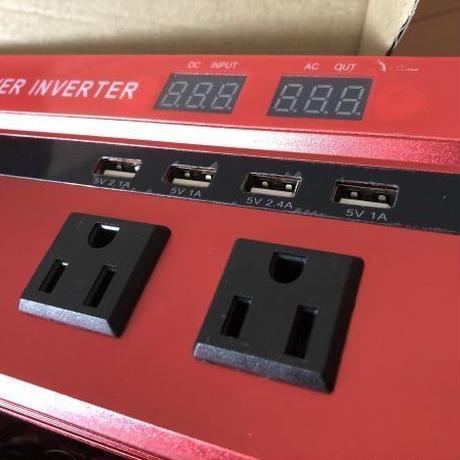 インバーター 連続出力2000W 瞬間最大5000W 入力DC12V 出力AC110V レッド 車載充電器 4つのUSBインターフェイス付き