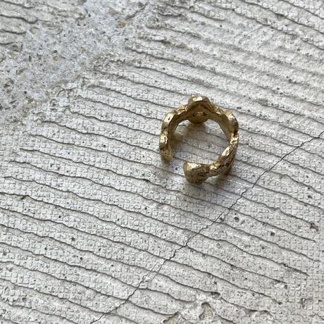 Jona    tenten monogram ear cuff / gold